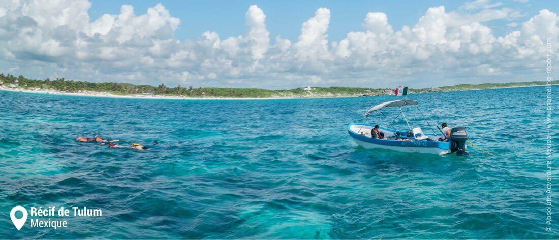 Bateaux de snorkeling sur le récif de Tulum, Mexique