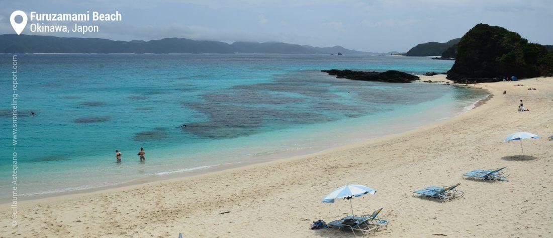 La plage et le récif de Furuzamami, Okinawa