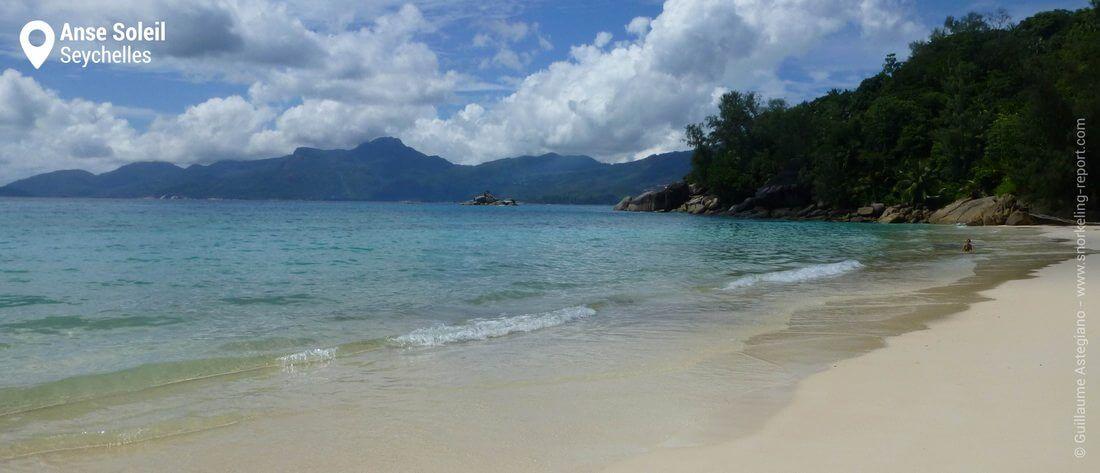 Vue sur la plage de l'Anse Soleil, Mahé