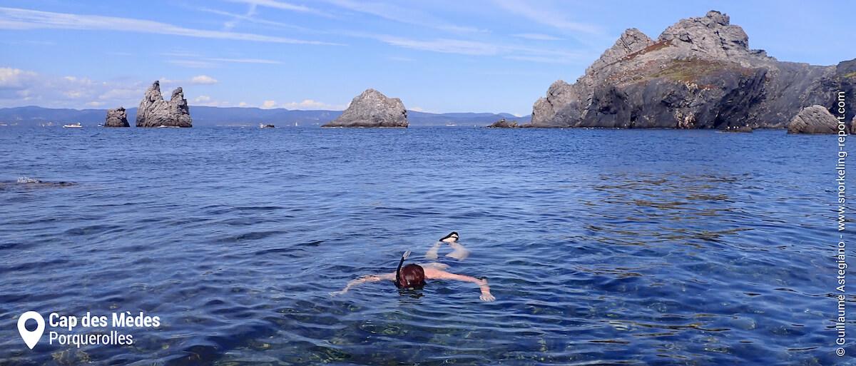 Snorkeler observant les fonds marins du Cap des Mèdes