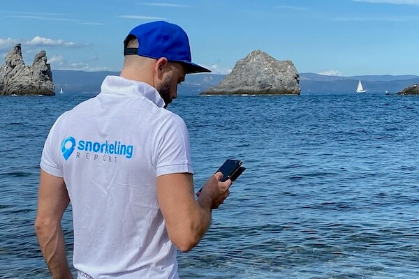 Snorkeler locating spot on his smartphone