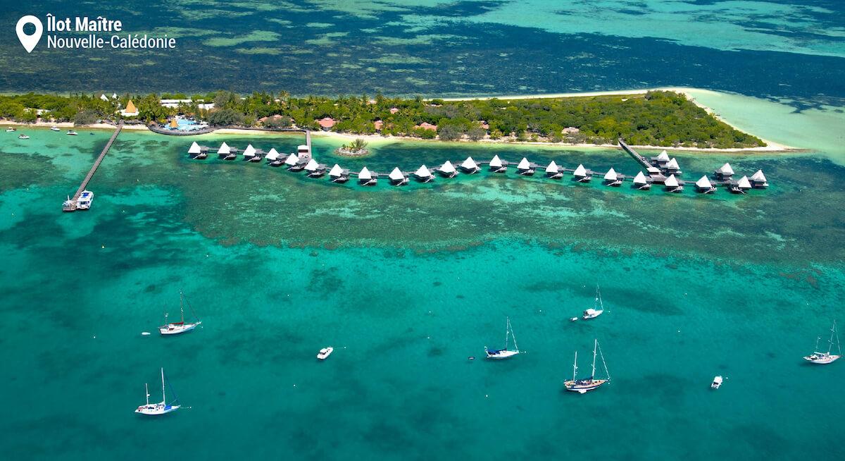 Vue aérienne du récif et des bungalows de l'Îlot Maître